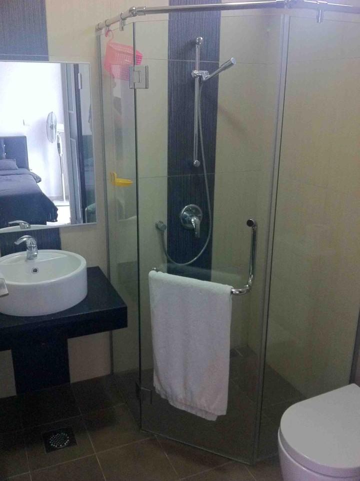 shower_pandabed_apartment_rental