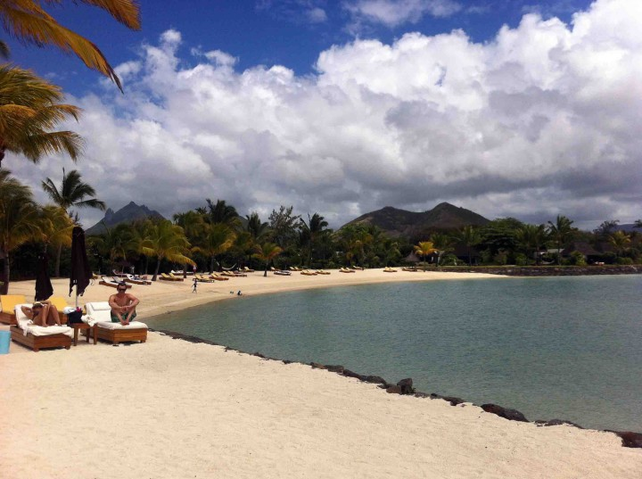 relaxing_paradise_four_seasons_resort_mauritius_beach_club