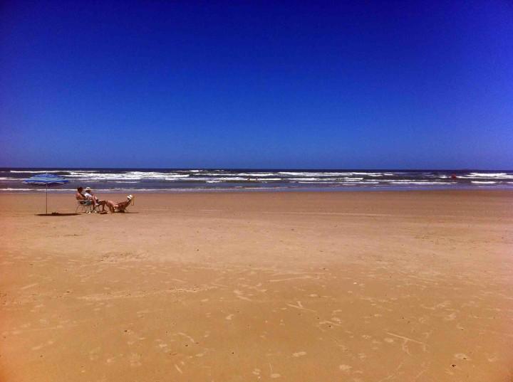 beach_chilling_la_barra