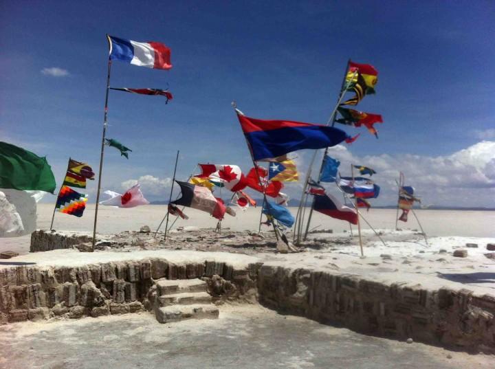 flags_uyuni_salt_flats_bolivia