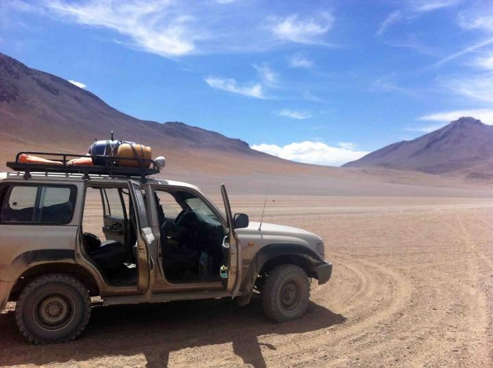 jeep_desert_bolivia_salt_flats