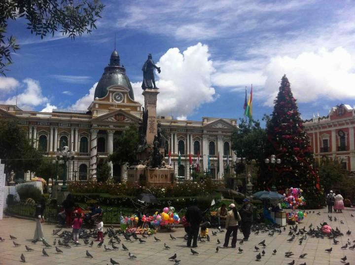 statue_presents_la_paz_bolivia