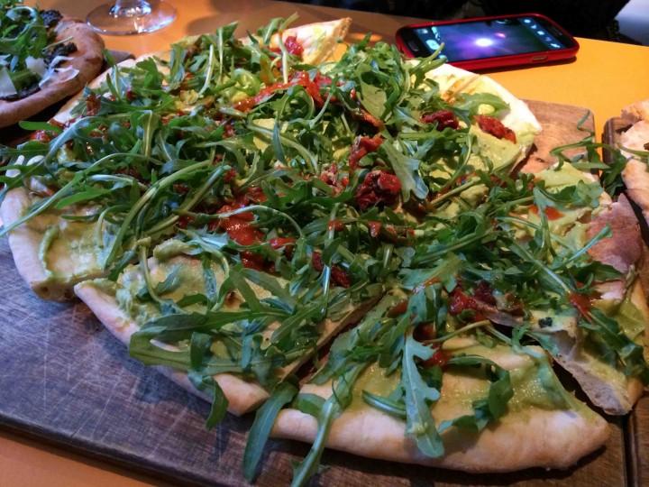avocado_sun-dried-tomato_pizza