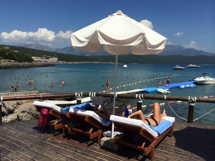 beach_chilling_almara_beach_club_lustica_bay