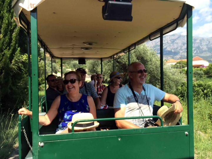 happy_guests_gulliver_trave_wine_tour
