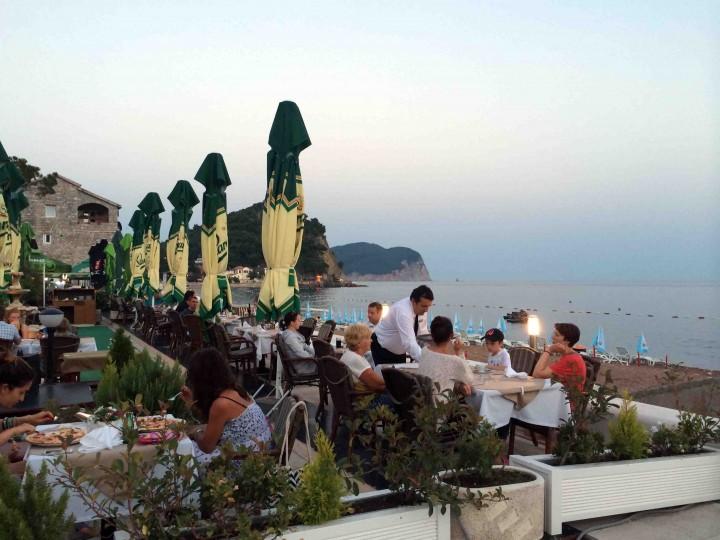 restaurants_evening_petrovac_montenegro