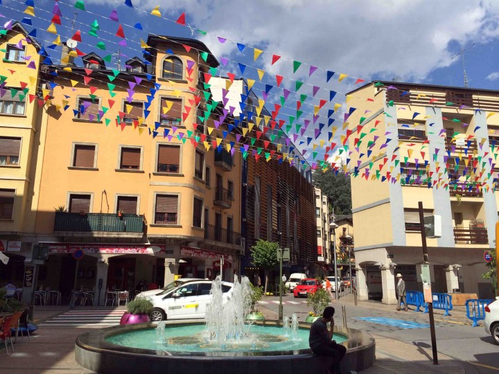 flags_by_fountain_andorra_le_vella