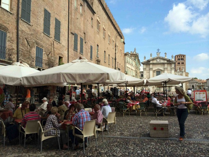 busy_town_square_mantua_italy