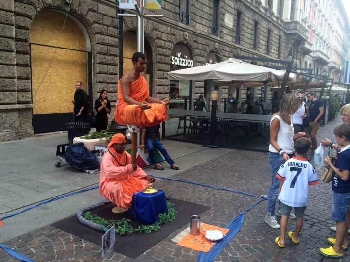 floating_meditating_streets_milan_italy