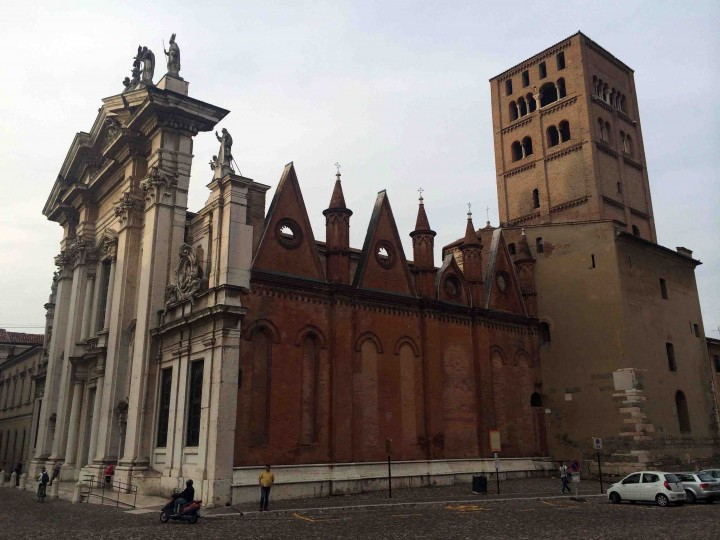 side_cathedral_mantua_italy