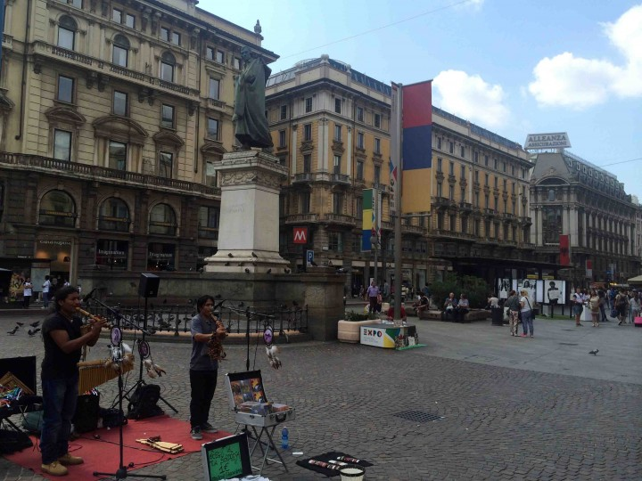 street_performers_milan_italy