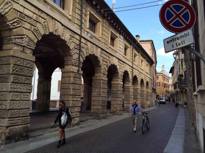 strolling_streets_mantua_italy