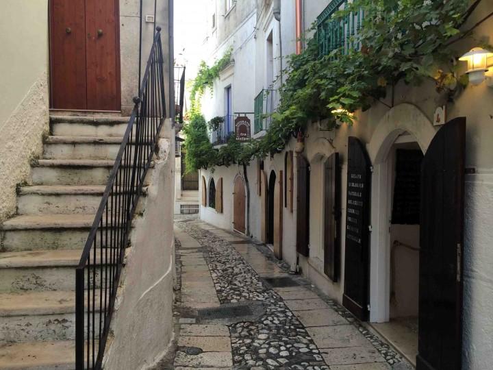 cobblestone_streets_peschici_italy