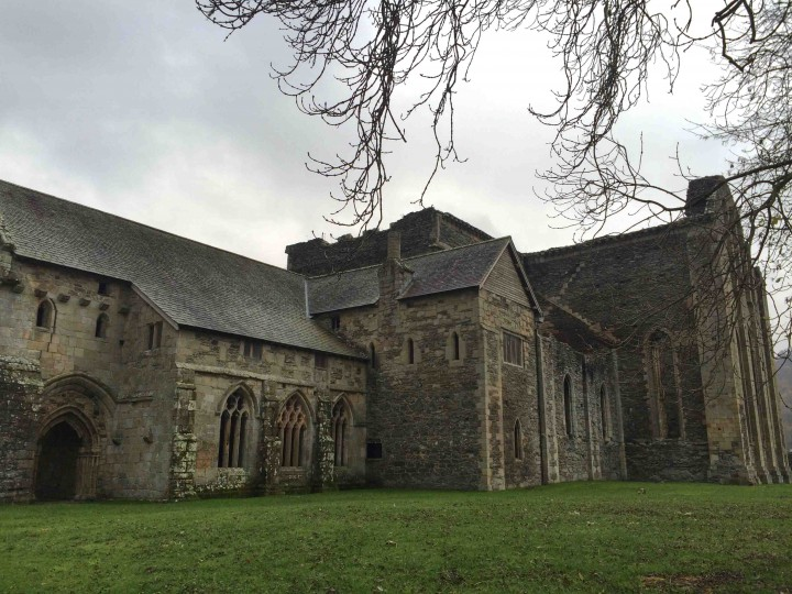 valle_crucis_abbey_side