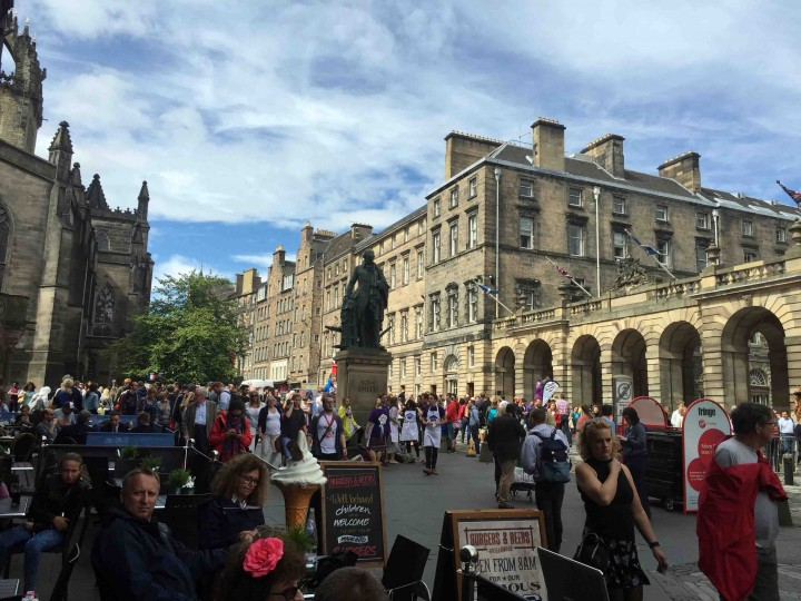 busy_fringe_edinburgh_scotland