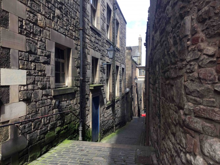 narrow_streets_edinburgh_scotland