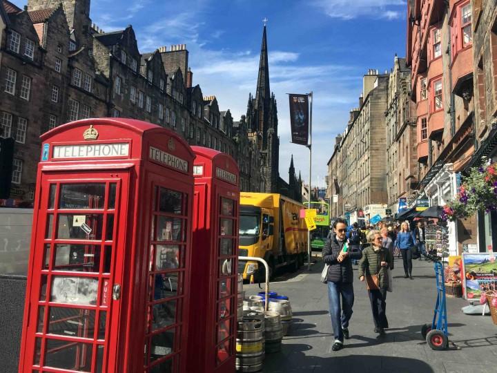 tourists_edinburgh_scotland